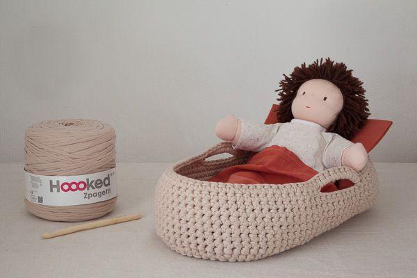 Couffin au crochet en Trapilho pour poupée Waldorf (tuto complet) Autre réalisation avec literie liberty : http://fermepetitspois.canalblog.com/archives/2013/12/01/28560007.html