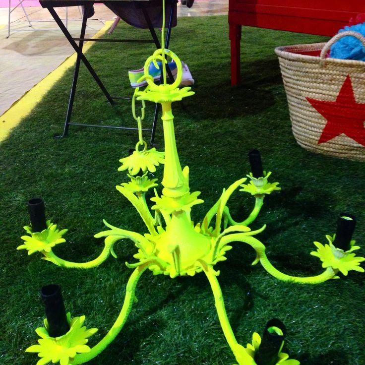 Lámpara de araña pintada en spray Pintyplus flúor amarillo.  #shakingcolors #pintyplus #novasolspray #diy @yonolotiraria