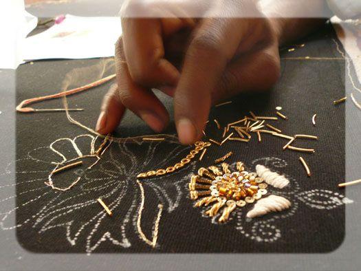 La broderie Zardosi est une broderie traditionnelle indienne utilisant, à l'origine, des fils d'or et des pierres précieuses.