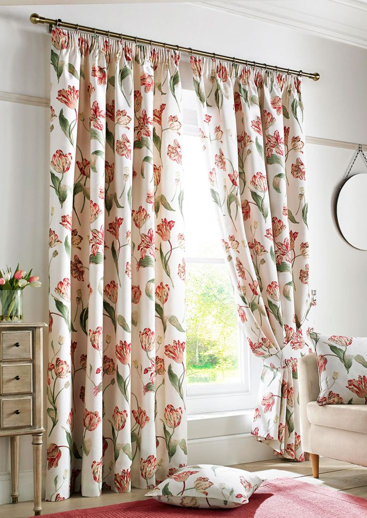 Tulip Red Pencil Pleat Red - Chic curtains embellished with a large floral pattern.