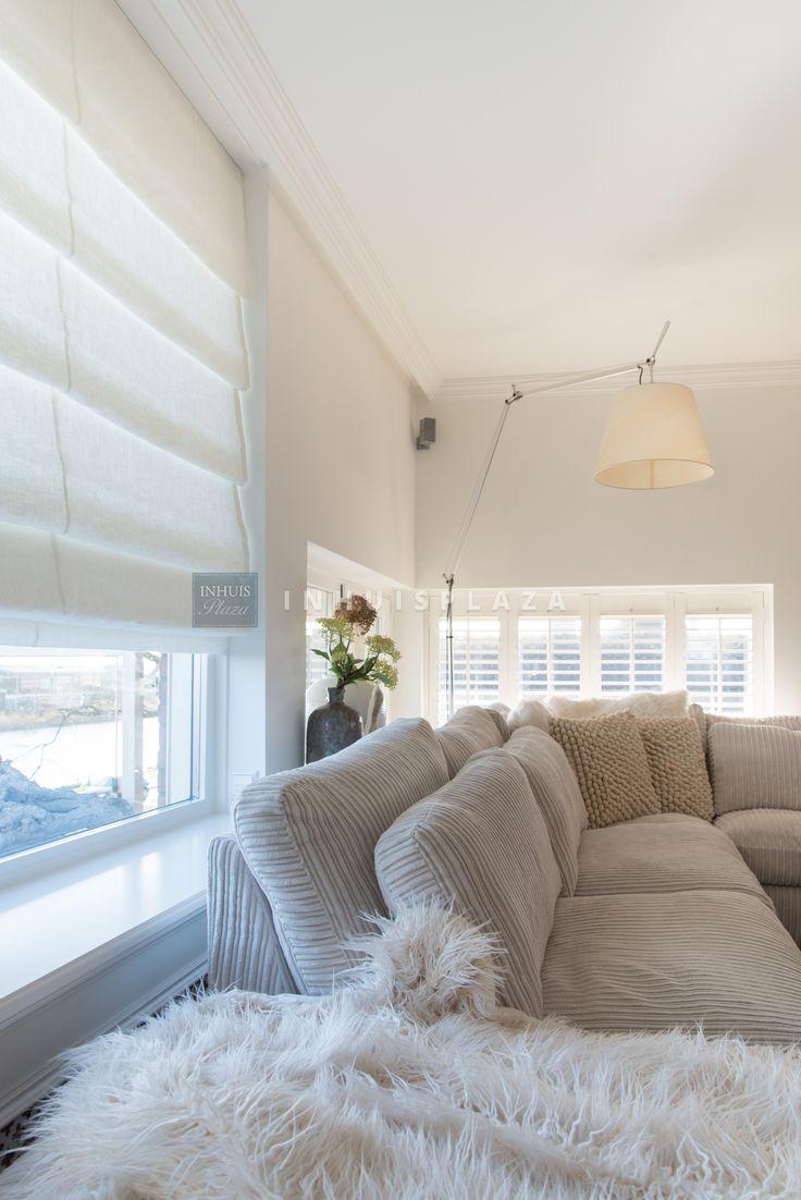 Lichte vouwgordijnen van INHUIS Plaza in een modern huis gecombineerd met houten shutters!