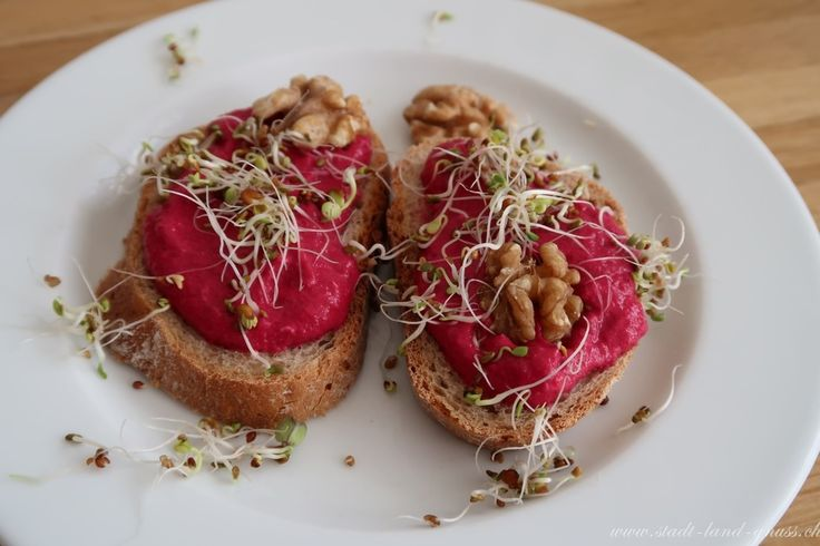 Rote Beete Brotaufstrich mit Nüssen und Sprossen. Rezept für einen gesunden Brotaufstrich mit Randen.