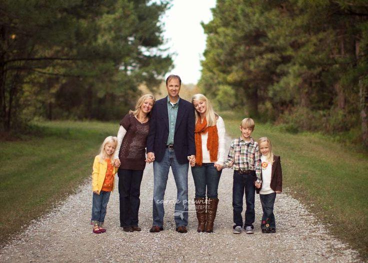 How to take fabulous family portraits (Lots of great ideas!!) #photography #photographers #posingideas