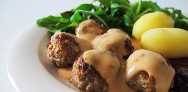 A svéd húsgolyó önmagában is finom, azonban a barnamártástól lesz tökéletes. Készítsd el otthon a szószt, hiszen ez finomabb a zacskósnál.