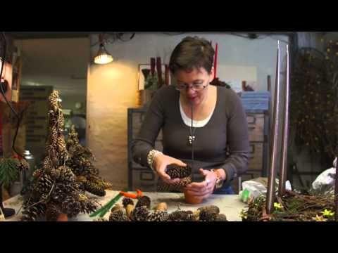 ▶ Elisabeth Bønløkke laver juletræ af kogler - YouTube