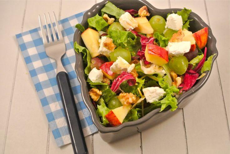 geitenkaassalade - http://www.lekkerensimpel.com/2013/03/25/salade-met-sla-druiven-walnoten-en-geitenkaas/