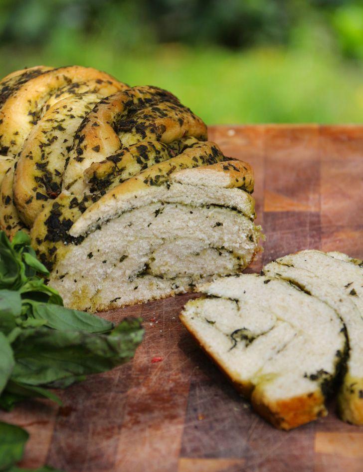 Pan trenzado de albahaca