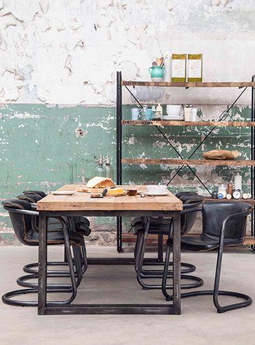 Industrieel interieur kenmerken: hout verwerkt in de tafel en de kast