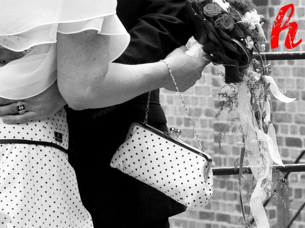 Es muss ja nicht immer Seide und einfarbig sein.  Gerne fergtige ich auch Brauttaschen passend zu Ihrem maßgeschneidertem Stil-Kleid.  Schicken Sie mir z.B. den Reststoff Ihres Kleides zur...