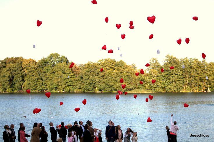 """Luftballons mit Glückwunschkarten für das Brautpaar am Bötzsee in der Hochzeitslocation """"Seeschloss""""."""