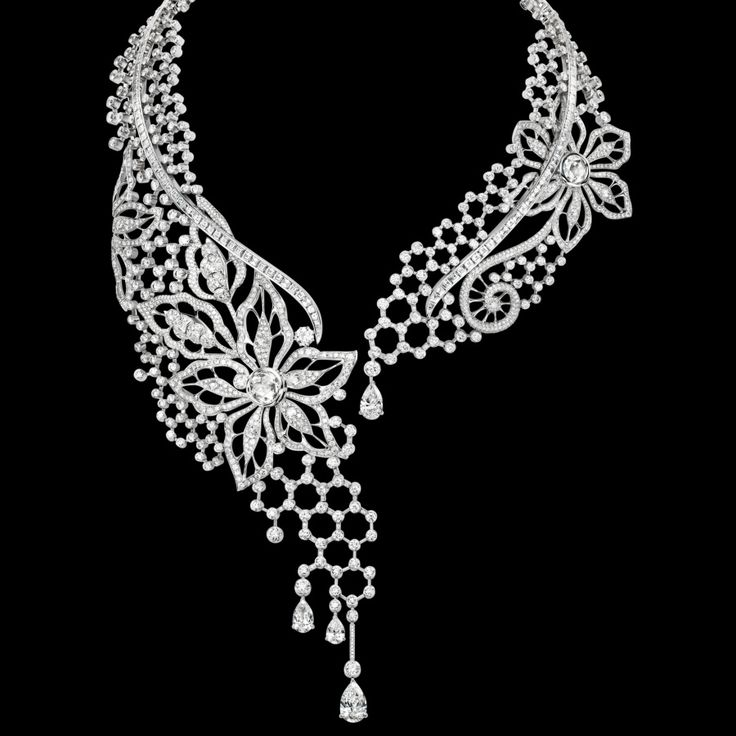 Joyas PIAGET - Collar Limelight Couture Précieuse en oro blanco de 18 quilates engastado con 1.513 diamantes talla brillante (aprox. 44,19 quilates), 133 diamantes talla baguette (aprox. 16,77 quilates), 11 diamantes talla rosa (aprox. 5,96 quilates) y 4 diamantes talla pera (aprox. 7,55 quilates). Pieza única.