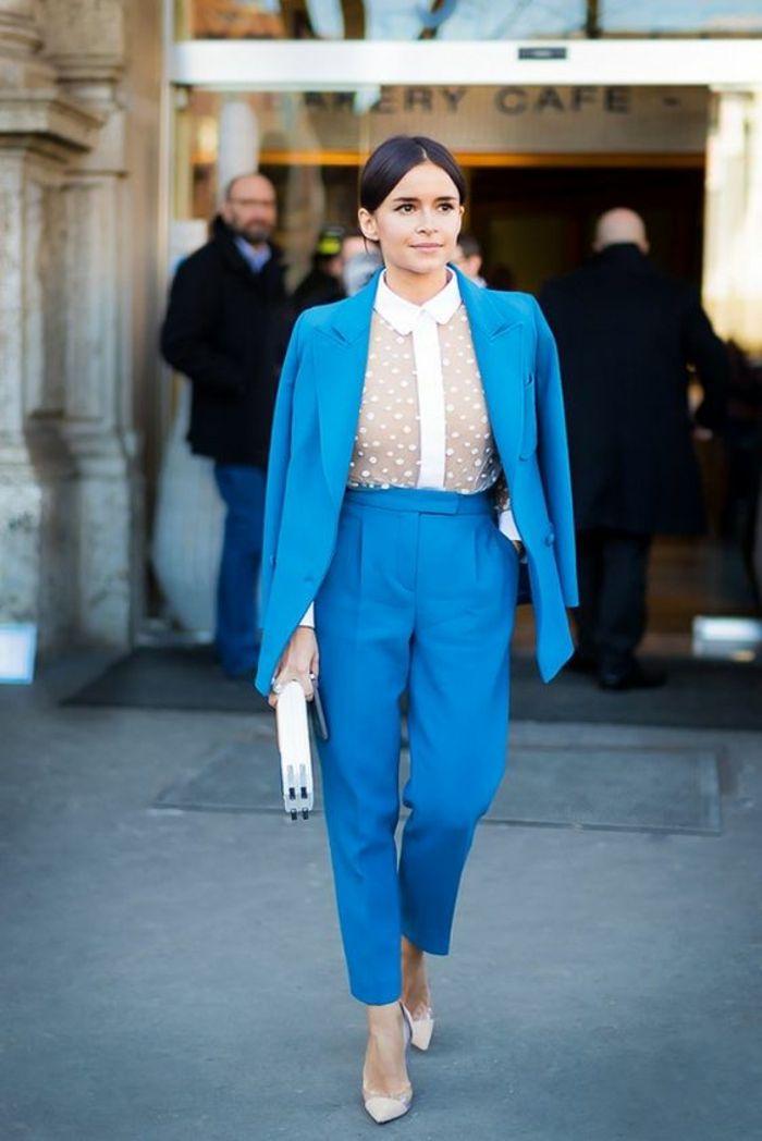 tailleur en bleu ciel, chemise taffetas blanche, escarpins aux bouts  pointus en couleur blanche 5d2b0069960