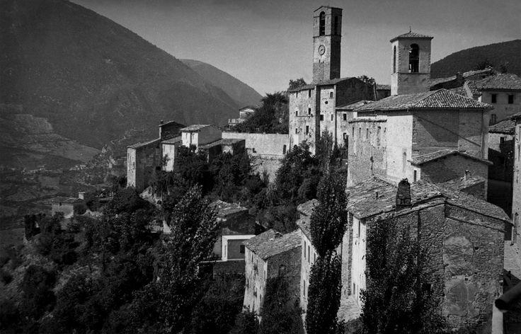 Il Castello di Cerreto di Spoleto, anni '60, domina la valle del Nera. In alto spicca la torre campanaria.