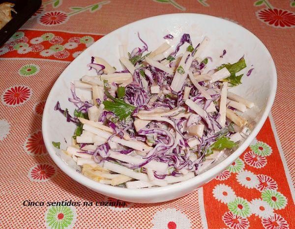 Cinco sentidos na cozinha: Salada de couve rábano e couve roxa com molho crem...