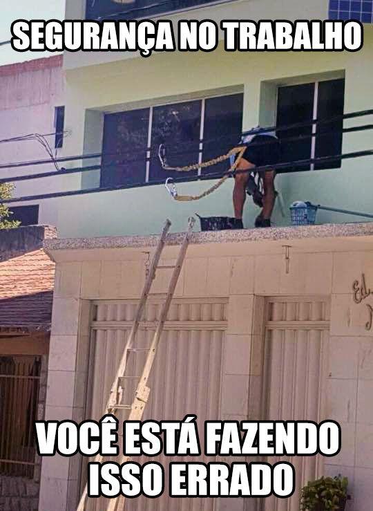 Um exemplo de trabalhador que leva a segurança no trabalho a sério, só que não! Você está fazendo isso errado! kkkkkk Tinha que ser brasileiro! klkk