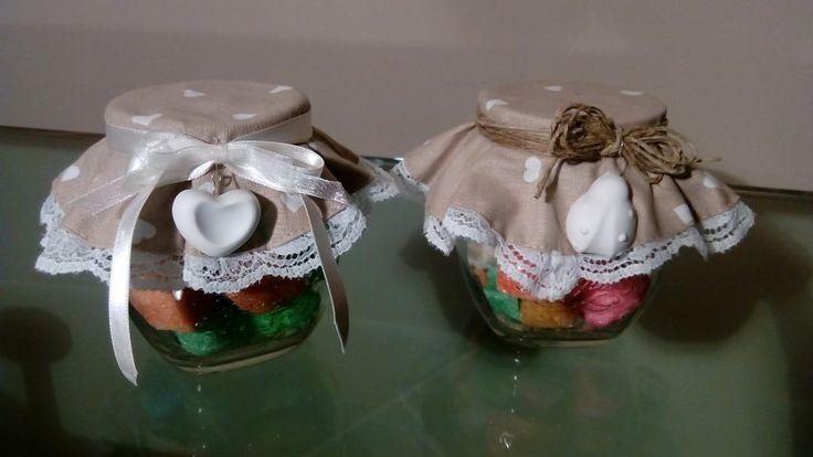 Vasetti con zucchero e decorati con gessetti