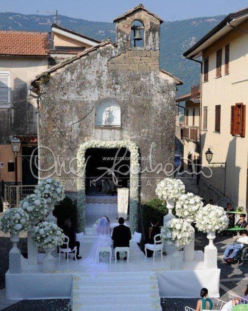 Emozionante cerimonia nuziale all'aperto. I dettagli dell'inginocchiatoio e le sedute degli sposi. | Cira Lombardo Wedding Planner