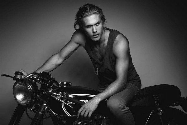 El modelo Christopher Mason totalmente desnudo