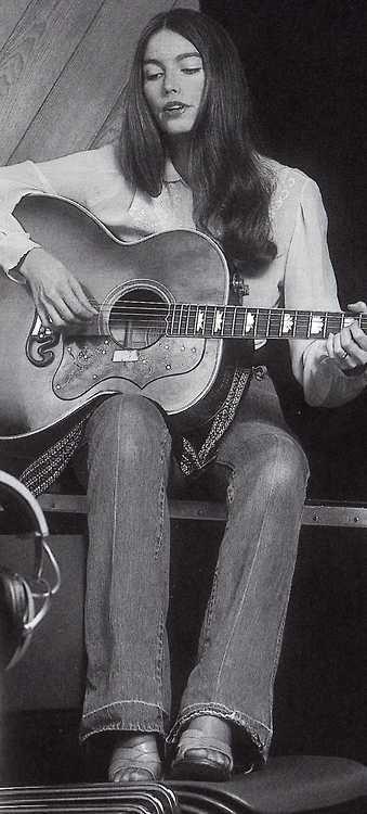 Emmylou Harris es una cantautora de country estadounidense. Además de su trabajo como solista y componente de algunas bandas, en las que cantaba tanto canciones de otros compositores como suyas propias