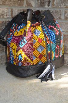 L'introduction de notre sac chaîne tirage impression / cuir africain de notre Collection « Serge ». Profitez du meilleur des deux mondes-Patchwork de dynamique africain mélangé avec cuir. Fait à la main à la perfection.