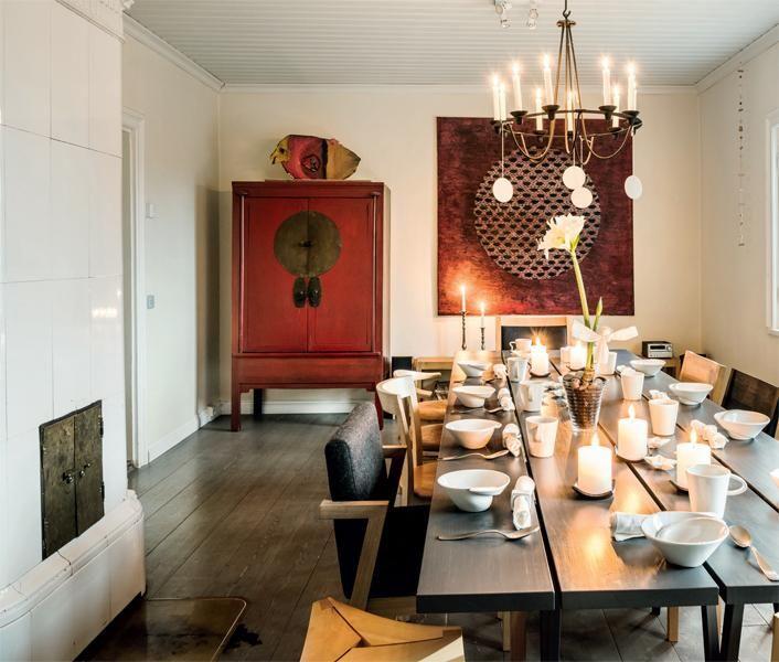 Juhlakattaus on valmis. Punainen taulu on Hanne Horte-Garnerin teos. Ikean kattokruunusta riippuvat keraamiset koristeet ovat Anneli Sainion. Karin Widnäsin astiat ovat Onomasta. | PUNAISEN TUVAN JOULU | Koti ja keittiö