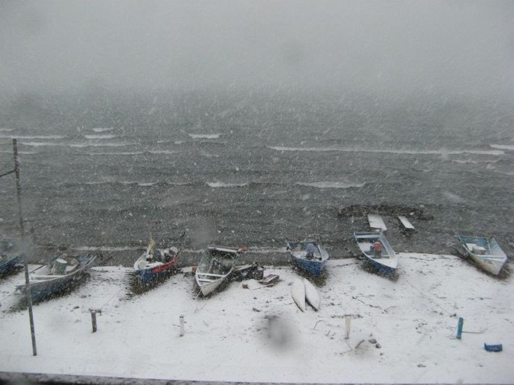 La spiaggia di #Marta (VT) sul lago di #Bolsena sotto la #neve #Lazio #Italy via @meteomartait