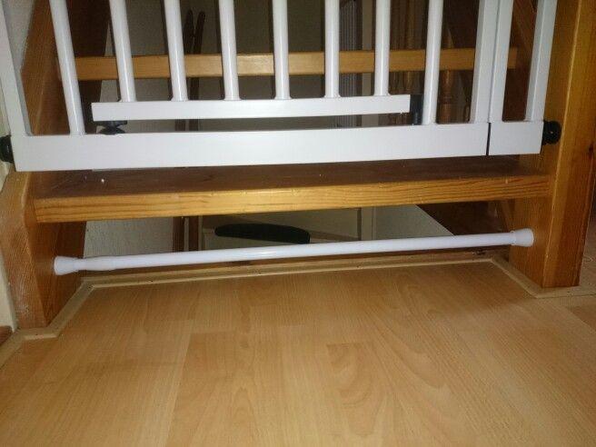 Traphekje, overloop, baby, veiligheid, kruipen. Douchestang in de ruimte onder de open trap bevestigd, nu is deze te krap voor de baby om doorgang te vinden.