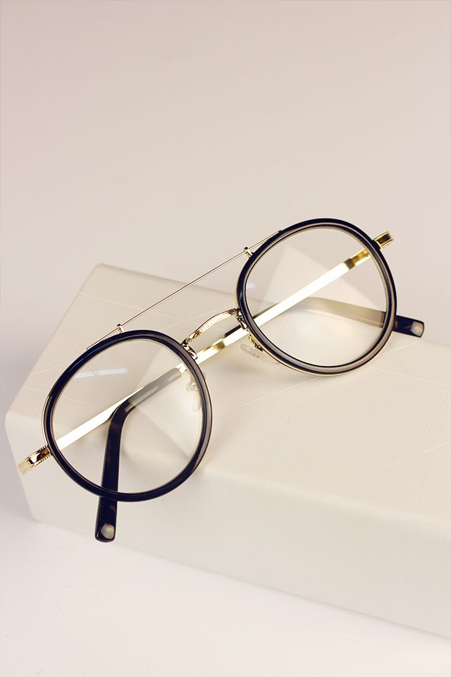 هناك العديد من أنواع النظارات الطبية إذا كان هذه أول نظارة طبية لك فمن الأفضل أن تتعرفي أكثر على الأنواع المختلفة للنظارات الطبية ق Glasses Brown Glass