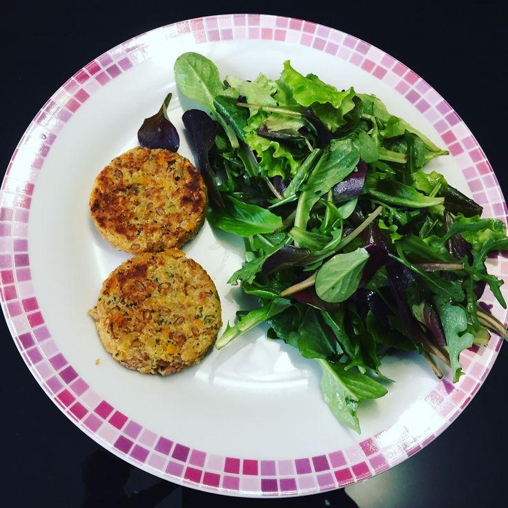 Pranzetto healthy, insalatina e mini burger di farro e ceci 😋 #bellezzaprecaria #pranzo #lunch #lunchtime #healthyfood #healthylunch #veggie #veggies #veggielunch #food #instafood #foodporn #foodlover #foodgram #kitchen #cucina #cibo