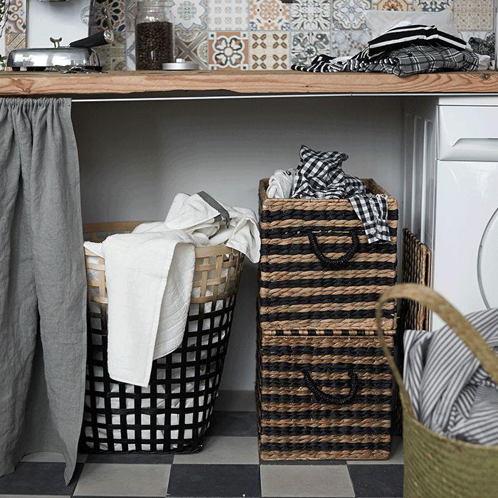Un rideau pour cacher le panier à linge sous le plan de travail dans la cuisine  http://www.homelisty.com/idees-deco-amenagement-coin-buanderie-cuisine-ikea/