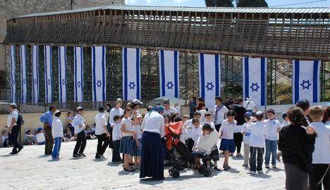 In een jaar tijd, sinds de vorige Onafhankelijkheidsdag, zijn 29.715 immigranten uit meer dan 90 landen aangekomen in Israel. Van hen kwamen er 7054 uit Frankrijk, 6880 uit Rusland en 6306 uit Oekraïne. De bevolking van Israel is het afgelopen jaar gestegen tot boven de 8,5 miljoen. Ongeveer 75 procent van de bevolking (bijna 6,4 …