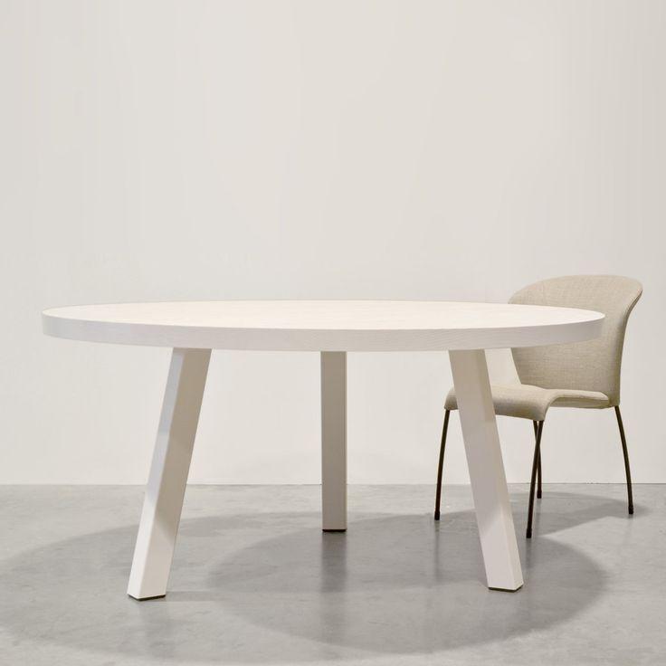 Tafel Maadi. Een ronde tafel van massief hout op maat gemaakt door Houtmerk.nl. Ernaast stoel Calla van Montis.