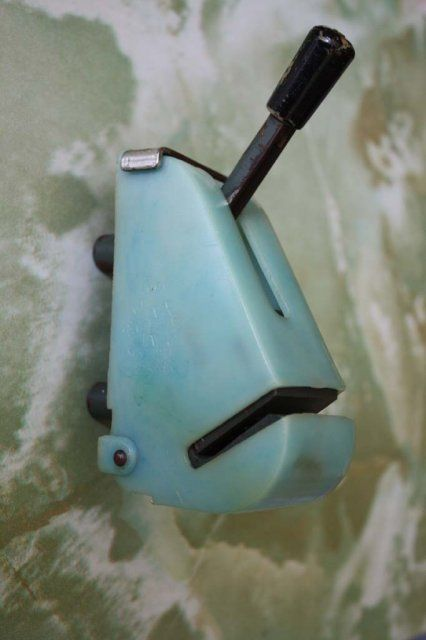 И еще одно устройство дизайн которого для меня в детстве выглядел сурово. Даже сейчас вижу в нём эту ненасытную пасть. Но пользоваться приходилось. Дизайнерам бесконечный респект.