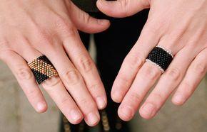 Leuk he? Deze ringen van kraaltjes. Je maakt ze gemakkelijk zelf met wat kraaltjes, naald en draad! Bekijk de diy op ons blog.