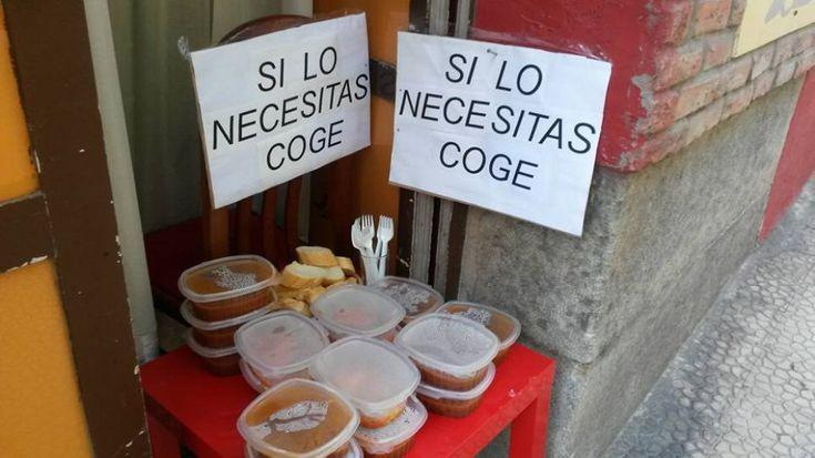 """""""Se ne hai bisogno prendilo"""", il cartello del ristorante Rochi a Santander"""