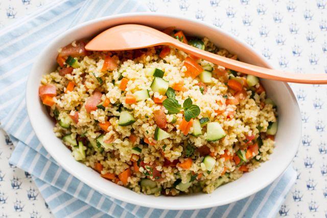 Pour varier, essayez cette délicieuse salade de boulghour toute simple. Les carottes et le concombre croquants se marient à merveille avec la vinaigrette balsamique en plus d'ajouter de la couleur et de la saveur à cette salade d'accompagnement.