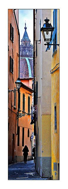 An alleyway of contrasting colours. Pistoia, Toscana Italy