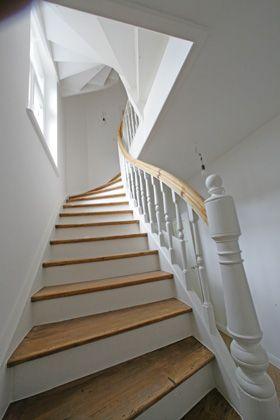 Treppe, weiss mit Holz, Naturbelassen, pure