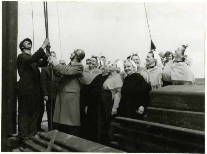 Eerste haven; wethouder mr. J. van Aartsen (met helm rechts) slaat het eerste segment van de stalen damwand. 1958 H. Pril #ZuidHolland #Scheveningen