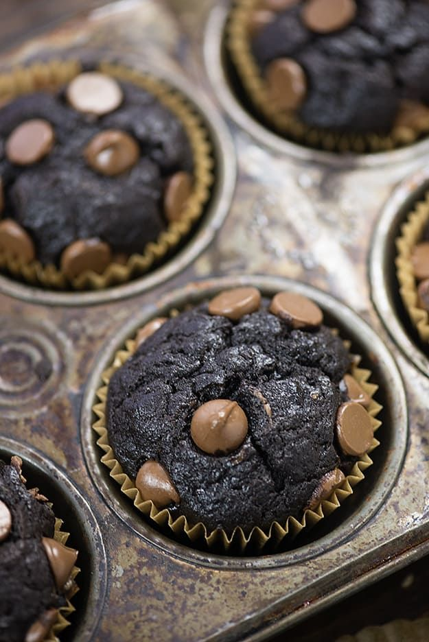 These chocolate banana muffins are loaded with extra ripe bananas, cocoa powder, and chocolate chips. The banana flavor shines right through and pairs so well with all of the chocolate! Who wouldn't want to wake up to one of these easy banana muffins on a busy morning? Every morning I wake up, grab a glass …
