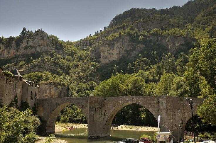 St Enimie, pont sur le Tarn. Le Tarn traverse la commune, un kilomètre environ en amont de Castelbouc, arrose Prades, Sainte-Enimie, Saint-Chély-du-Tarn, et quitte la commune à la sortie du cirque de Pougnadoires.Au cours de sa traversée, il reçoit les eaux de plusieurs petits cours d'eau.