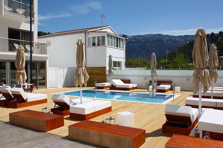 Description: Aantrekkelijke locatie aan het strand en bij het centrum Het is de locatie die Hotel Minister in de eerste plaats zo verleidelijk maakt. Zo stap je over de hoteldrempel steek je de weg over en zo vlij je je meteen neer op de fijne zandkorrels van het strand van Port de Soller. Bovendien ben je zo in het centrum. Het is geen toeristische metropool zoals op andere plekken op Mallorca maar wel een relaxte en vriendelijke plek. De hoefvormige baai wordt omzoomd door het strand en de…