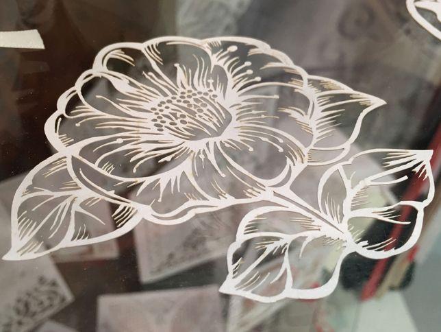 Fiore ornamento in cartoncino finemente lavorato al laser