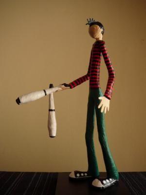 malabarista con clavas figura papel cartapesta