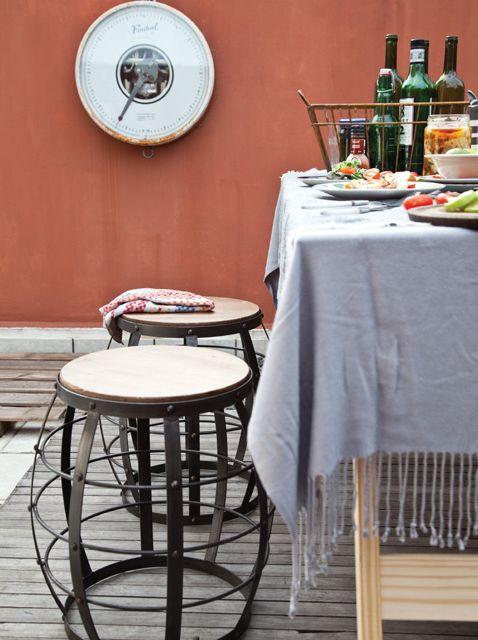 Recibir en casa este Día del amigo: si el tiempo acompaña, caballetes, bancos de hierro, una manta rústica y a disfrutar. Foto: Magalí Saberian