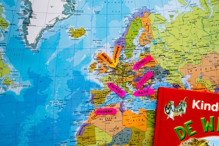 De laatste weken van het schooljaar werken we rondom het thema 'Vakantie en water'. Ik heb samen met de kinderen van groep 2/3 een reisbureau opgericht. We hebben gesproken over wat een reisbureau is en wat je allemaal nodig hebt om een reisbureau op te starten. Als startactiviteit heb ik met de kinderen de wereldkaart bekeken. Waar ligt Nederland en waar ben je wel eens op vakantie geweest? Waar komt je familie vandaan?