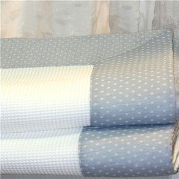 Colcha de piqué blanca con una greca de lino azul. Hecho en España. Colchas a medida