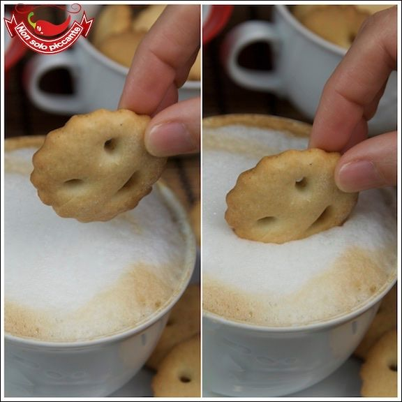 Biscotti senza burro280 g di farina 120 g di zucchero 205 g di panna ½ bustina di lievito semi di una bacca di vaniglia sale