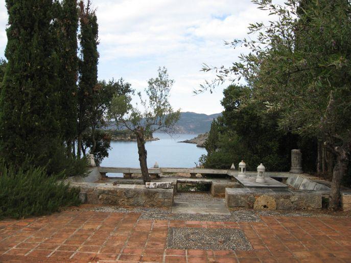 El jardin de su casa griega.