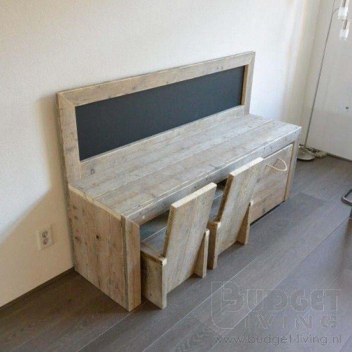 Prachtige speeltafel van gebruikt steigerhout met krijtbord voor de kids gemaakt door budget living.